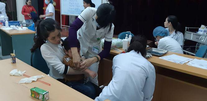 Nhiều phụ huynh cho biết quá lo lắng cho sức khoẻ của con em mình nên họ phải nghỉ việc để đưa con tới bệnh viện làm xét nghiệm.