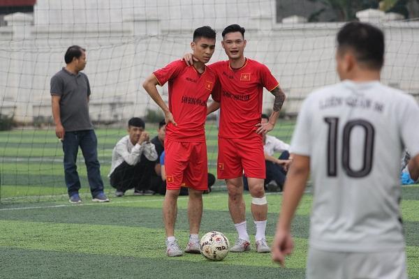 Cầu thủ xuất sắc nhất giải Nguyễn Hữu Huy (đỏ, trái) và vua phá lưới Nguyễn Đình Hiệp (đỏ, phải)