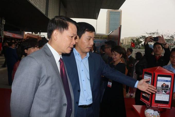 Phó Tổng biên tập Báo Pháp luật Việt Nam Trần Đức Vinh giới thiệu các ấn phẩm điện tử của Báo Pháp luật Việt Nam với ông Nguyễn Đức Lợi, Ủy viên Trung ương Đảng, Tổng Giám đốc Thông tấn xã Việt Nam.