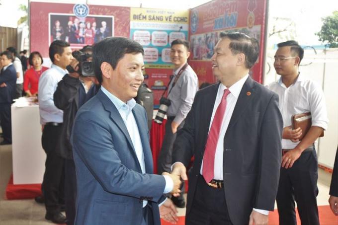 Ông Lê Mạnh Hùng, Phó Trưởng ban Tuyên giao Trung ương tham gian trưng bày của Báo Pháp luật Việt Nam.