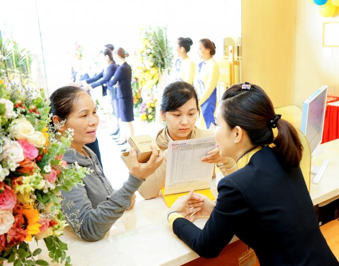 Khách hàng giao dịch và nhận quà nhân dịp khai trương chi nhánh Nam A Bank ĐắkNông.