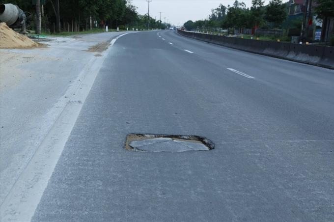 Chất lượng đường xấu, vá víu tràn lan khiến người tham gia giao thông không khỏi lo lắng khi các biện pháp khắc phục của Cienco 4 dường như chưa phát huy hiệu quả.