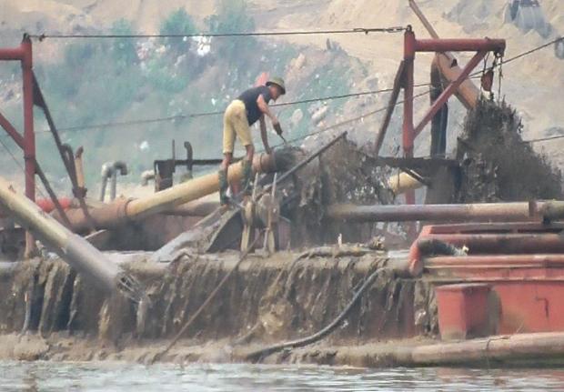 """Lợi dụng """"tấm bùa"""" nạo vét, doanh nghiệp đã ngang nhiên sử dụng tàu hút cát công suất lớn để """"rút ruột"""" lòng sông Hồng. (Ảnh: PV/Vietnam+)"""