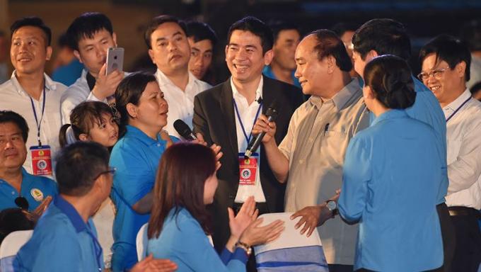 Thủ tướng Nguyễn Xuân Phúc trong một lần đối thoại với công nhân lao động miền Trung. Ảnh: VGP/Quang Hiếu