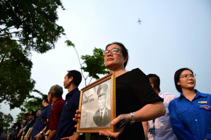 Bà Trần Thị Dung ôm di ảnh Đại tướng Lê Đức Anh