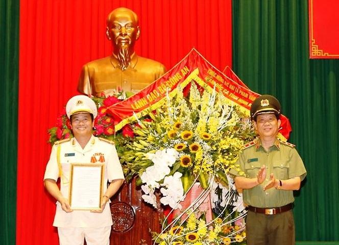 Trung tướng Nguyễn Văn Sơn, Thứ trưởng Bộ Công an (phải) trao Quyết định của Bộ trưởng Bộ Công an cho Đại tá Phạm Văn Sơn.