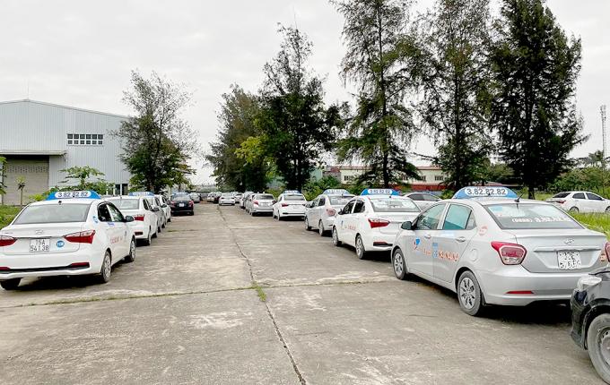 xe-taxi-cua-cong-ty-co-phan-van-tai-thuong-mai-va-dich-vu-dat-cang-nam-bai-1587476137-width1000height633