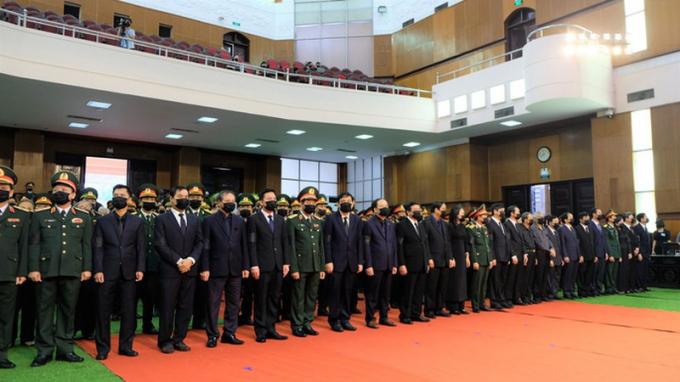 Đại diện Lãnh đạo Đảng, Nhà nước, tỉnh Thanh Hóa, Quân khu 4... chuẩn bị vào viếng nguyên Tổng Bí thư Lê Khả Phiêu.