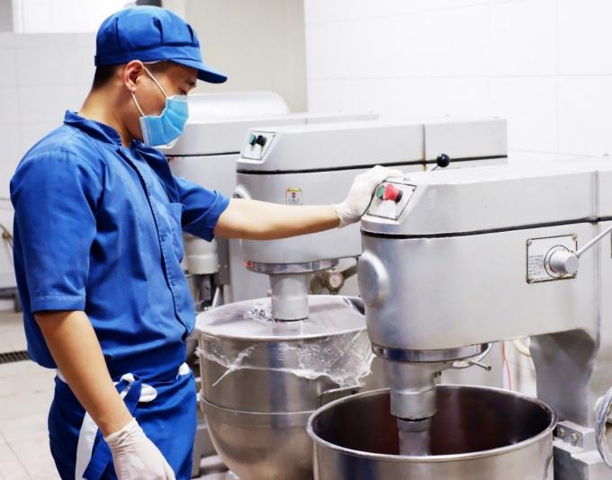 Các nguyên liệu đã qua kiểm định kỹ lưỡng được đưa vào máy trộn theo công thức giảm dầu, giảm ngọt.
