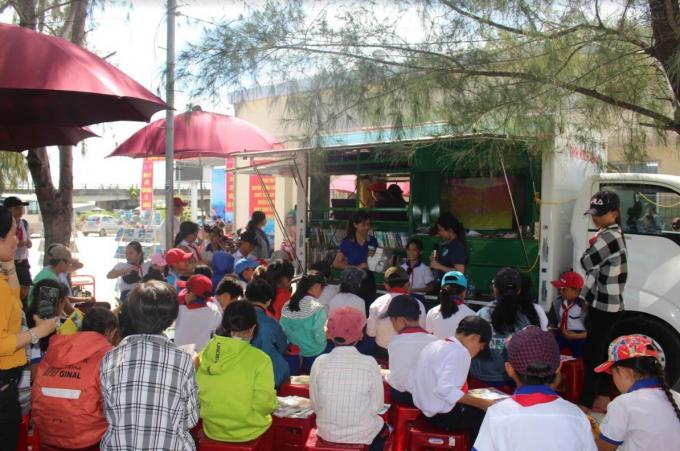 Thư viên tỉnh Kiên Giang giới thiệu và tặng sách cho học sinh huyện An Minh