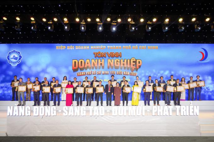 Ông Nguyễn Đình Trung và ông Lê Trọng Khương cùng đại diện các doanh nghiệp nhận giải thưởng Doanh nghiệp TP.HCM tiêu biểu năm 2020.
