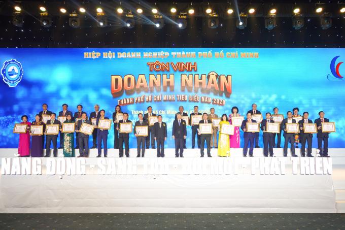 Ông Nguyễn Đình Trung cùng các doanh nhân nhận giải thưởng Doanh nhân TP.HCM tiêu biểu năm 2020