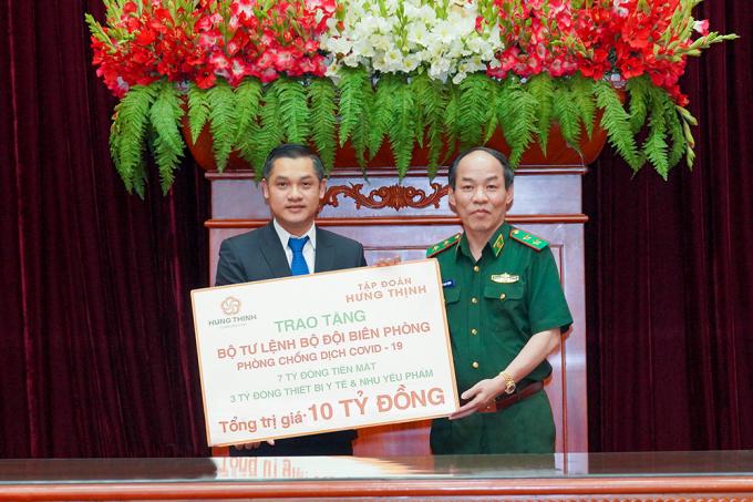 Ông Nguyễn Văn Cường - Phó Chủ tịch Tập đoàn Hưng Thịnh (bên trái) trao bảng tượng trưng cho Trung tướng Đỗ Danh Vượng - Bí thư Đảng uỷ, Chính uỷ Bộ đội Biên Phòng nhằm hỗ trợ hoạt động phòng, chống dịch Covid-19.