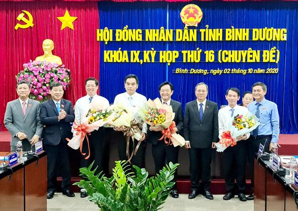 Ông Nguyễn Hoàng Thao, Nguyễn Lộc Hà (đứng thứ tư, thứ năm từ phải qua) nhận hoa chúc mừng sau khi được bầu - Ảnh: TT