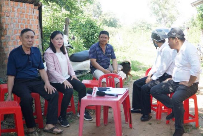 Bà Phan Thị Hoa và các hộ gia đình có liên quan bức xúc đòi lại quyền lợi.