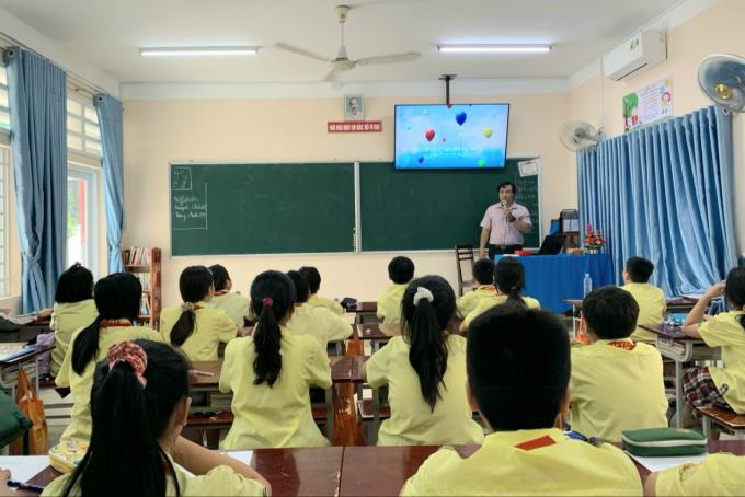 """Học sinh trường THCS Phan Tây Hồ, Gò Vấp nghe clip câu chuyện """"những quả bóng bay hạnh phúc"""" trong giờ sinh hoạt lớp."""