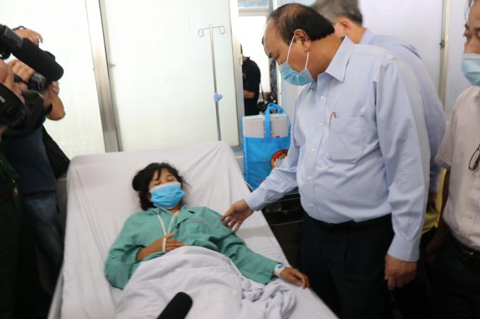 Thủ tướng động viện nạn nhân đang điều trị tại Bệnh viện Đa khoa Quảng Nam.