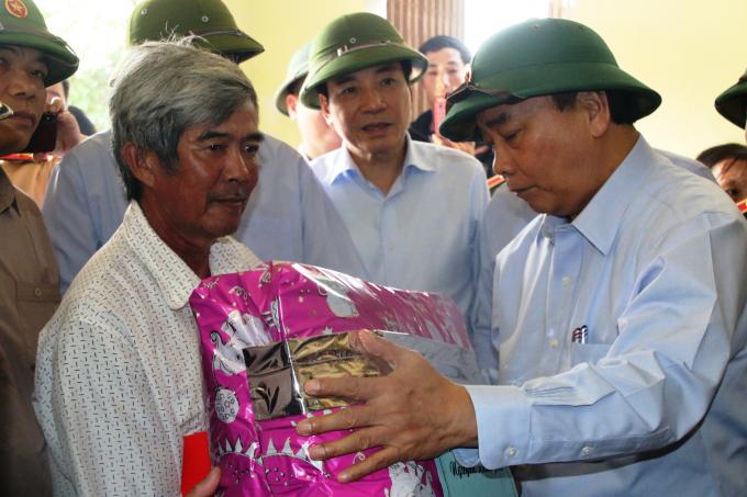 Thủ tướng tặng quà cho gia đình chính sách tại Quảng Ngãi.