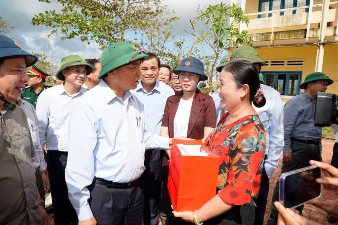 Thủ tướng Nguyễn Xuân Phúc thăm Trường THCS thị trấn Châu Ổ, Bình Sơn, Quảng Ngãi. Nói chuyện với các giáo viên và các cán bộ, chiến sĩ giúp trường khắc phục thiệt hại, Thủ tướng nhấn mạnh tinh thần làm sao để các em học simh đi học trở lại trong thời gian sớm nhất.