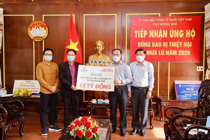 Đại diện Tập đoàn Hưng Thịnh trao bảng tượng trưng ủng hộ đồng bào vùng lũ   tại tỉnh Quảng Nam cho ông Võ Xuân Ca - Chủ tịch UB MTTQ Việt Nam tỉnh Quảng Nam.