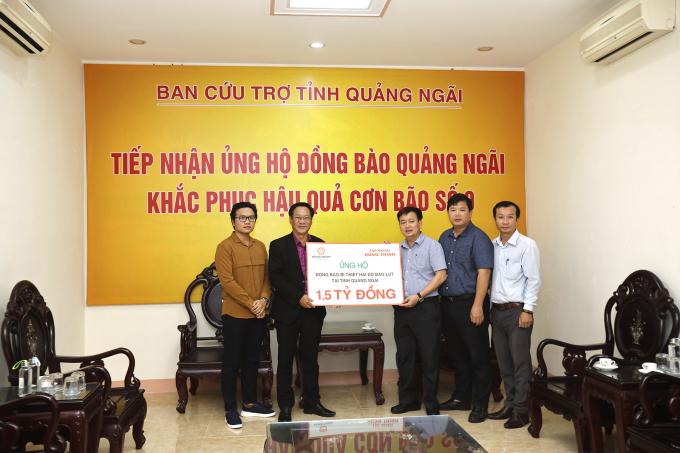 Đại diện Tập đoàn Hưng Thịnh trao bảng tượng trưng ủng hộ đồng bào vùng lũ tại tỉnh Quảng Ngãi cho ông Nguyễn Cao Phúc - Chủ tịch UB MTTQ Việt Nam tỉnh Quảng Ngãi.