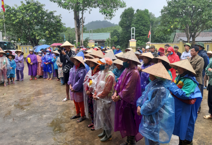 Đông đảo bà con xã Ngư Hóa đến nhận quà của Đoàn thiện nguyện.