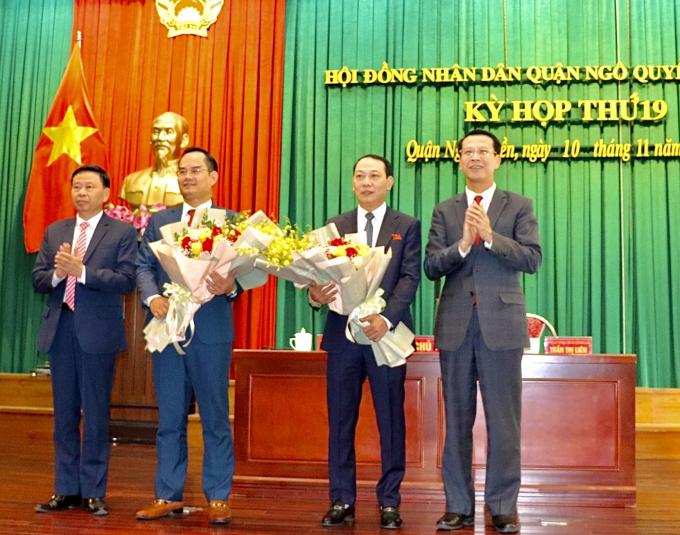 IMG_7986Phó Chủ tịch HĐND TP Bùi Đức Quang và Bí thư Quận ủy Ngô Quyền Phạm Văn Hà tặng hoa chúc mừng các đồng chí nhận nhiệm vụ mới.