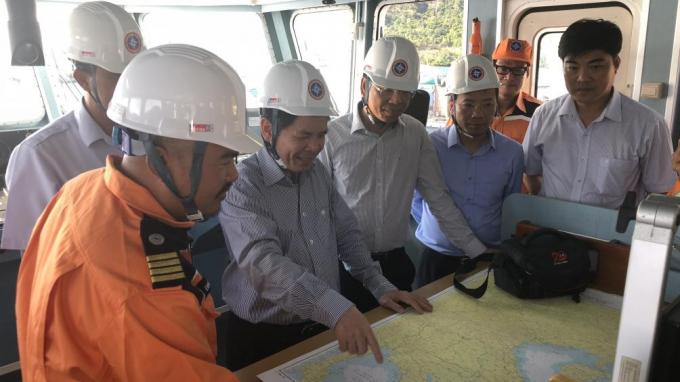 Bộ trưởng Nguyễn Văn Thể kiểm tra công tác sẵn sàng tìm kiếm cứu nạn của tàu SAR 413 đang làm nhiệm vụ tại Côn Đảo. (Ảnh: Bộ GTVT)