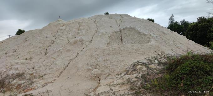 Cao lanh (Kaolin) là loại đất sét màu trắng, nằm sâu dưới đất, cát do thủy triều hoặc phong hóa tạo nên. Khi gặp nước, cao lanh dính dẻo, dễ định hình. Tiếp xúc với nhiệt độ cao, loại đất sét này lại thành thể rắn