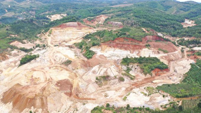 Những diện tích được giao để trồng và bảo vệ rừng lại biến thành những mỏ khai thác cao lanh vô tội vạ.