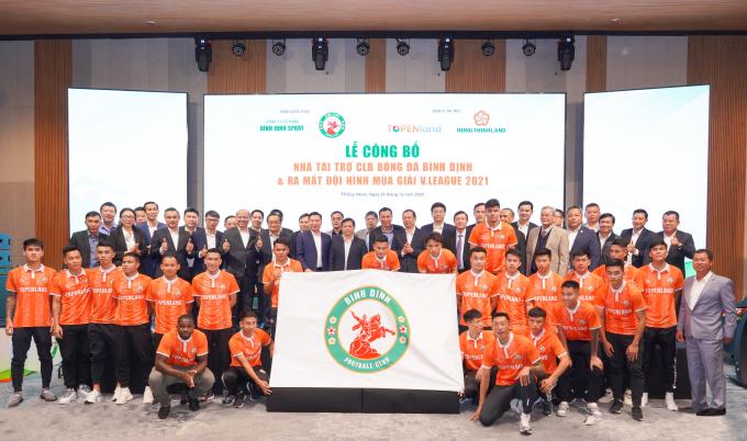 CLB Bóng đá Topenland Bình Định chụp hình lưu niệmcùng các nhà tài trợ và lãnh đạo các cơ quan, ban, ngànhtỉnh Bình Định