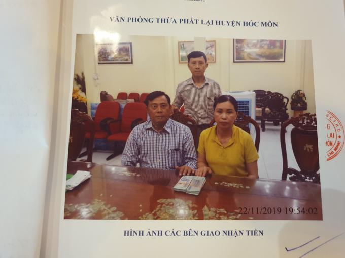 Ông Trần Quốc Tuấn nhận tiền của bà Vân sau khi ký vi bằng bán đất (ảnh chụp tại từ vi bằng)