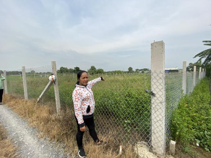 Bà Ngô Thị Tuyết đang đứng trước mảnh đất nông nghiệp phân lô, hiện tại đã được chủ đất mới rào lại.