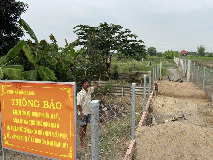 Việc mua bán đất nông nghiệp phân lô trái phép đã hoàn tất, sau đó UBND xã Hưng Long mới cắm biển cảnh báo.