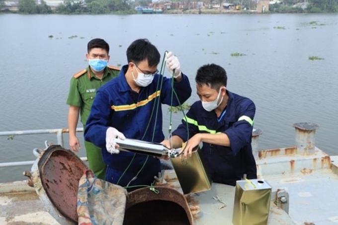 Sau khi lấy mẫu xăng trên phương tiện thủy các đối tượng đang vận chuyển. Kết quả cho thấy số xăng trên là giả.