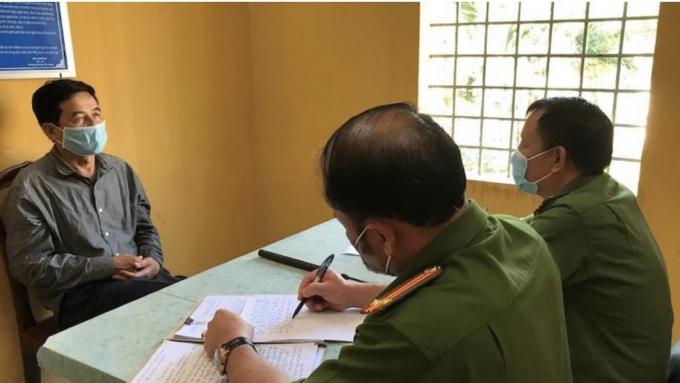 Cơ quan CSĐT đang lấy lời khai một đối tượng trong đường dây xăng giả liên tỉnh.