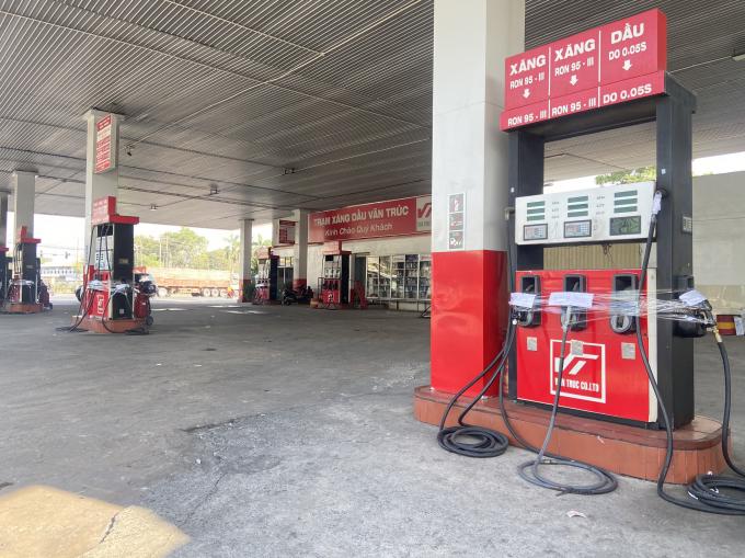 Nhiều trạm xăng dầu ngừng hoạt động, các trụ bơm bị niêm phong.