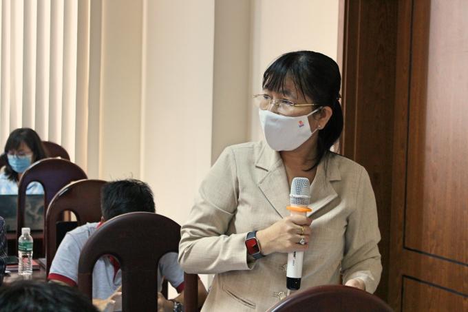 bà Nguyễn Thị Thu Cúc – Phó Trưởng ban Tuyên giáo Tỉnh ủy trả lời câu hỏi của báo chí.
