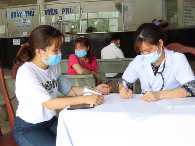 Dựa vào danh sách tiêm phòng, Bác sĩ tiến hành khám sàng lọc trước khi tiêm chủng vắcxin, thực hiện theo đúng quy định của Bộ Y tế. Người cần tiêm được các bác sĩ quan sát toàn trạng, đánh giá tình trạng sức khỏe hiện tại. Hỏi và ghi chép đầy đủ thông tin của đối tượng tiêm chủng về tiền sử bệnh tật, tiền sử dị ứng, tiền sử tiêm chủng trước đây.