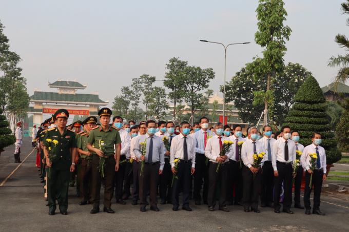 Nhân ngày kỷ niệm 46 năm Ngày Giải phóng hoàn toàn miền Nam, thống nhất đất nước, lãnh đạo tỉnh Đồng Nai và các đại biểu đã đến thắp hương hơn 4 ngàn mộ liệt sĩ đang yên nghỉ tại Nghĩa trang Liệt sĩ tỉnh.