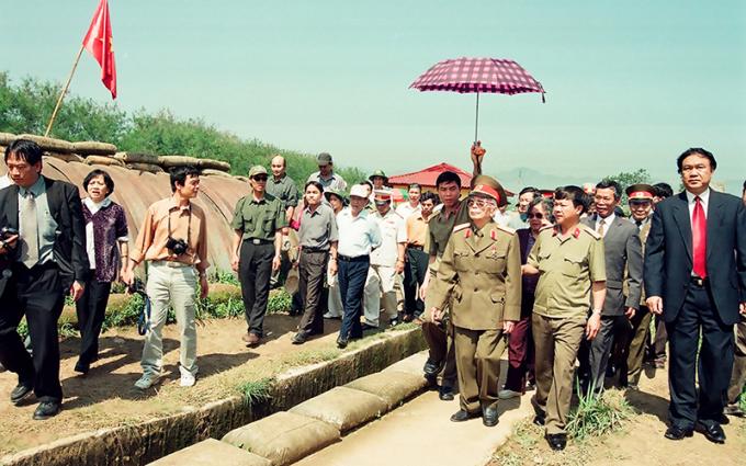 Đại tướng Võ Nguyên Giáp về thăm lại chiến trường Điện Biên Phủ năm xưa (tháng 4/2004). Ảnh: TRẦN HỒNG