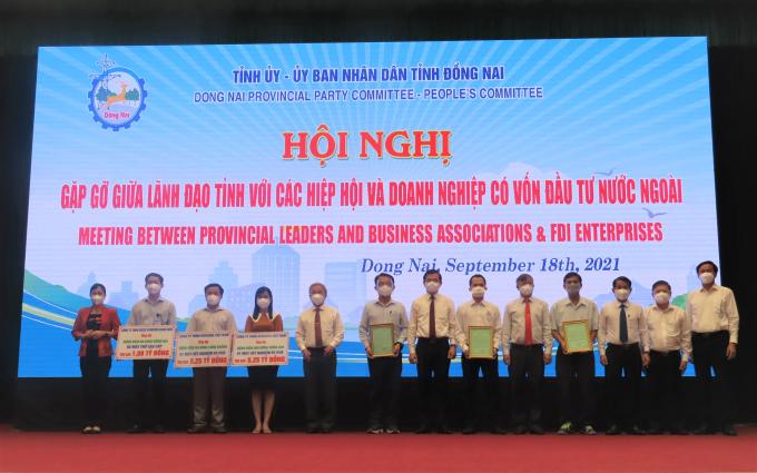 Các doanh nghiệp FDI trao tặng hàng hóa, thiết bị y tế cho tỉnh Đồng Nai.