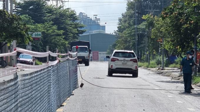Việc dựng hàng rào giữa đường không ngăn được người dân từ xã  Sông Trầu (xã vùng đỏ) di chuyển sang thị trấn Trảng Bom