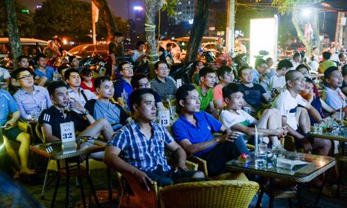 Khán giả tập trung xem bóng đá tại một quán cà phê tại Hà Nội. Ảnh:AFP.
