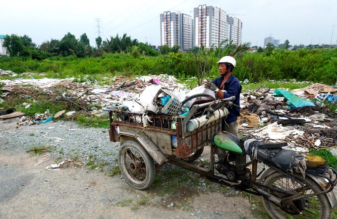 Nhiều lô đất trong khu dân cư trở thành điểm tập kết rác thải.