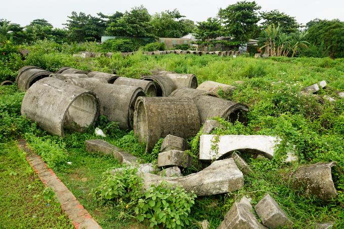 Hàng trăm ống thoát nước, hố ga, sắt thép... nằm chỏng chơ giữa bụi rậm khắp khu dân cư