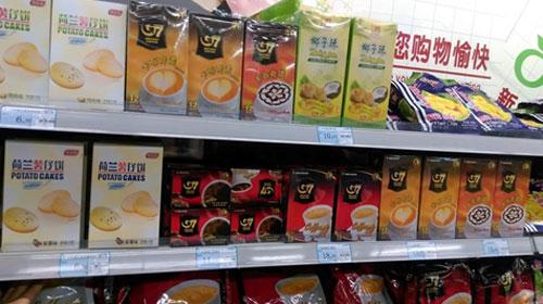 Nhãn hiệu cà phê hòa tan G7 trên kệ một siêu thị nước ngoài.