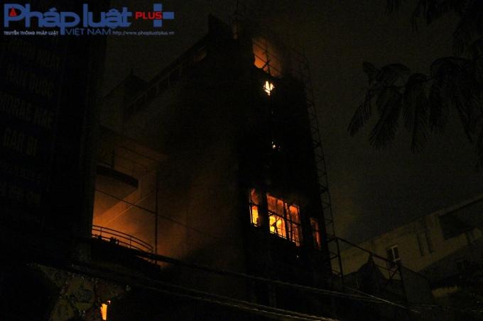 Vụ cháy kéo dài hơn 2 tiếng.(Ảnh: Đức Biên)