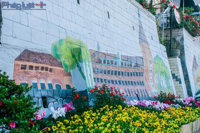 Trường Cao đẳng Sư Phạm Đà Lạt được thể hiện trên tường.(Ảnh: Anh Phong)