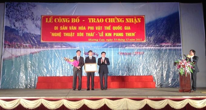Ông Lê Văn Quý trao bằng và 2 quyết định của Bộ Văn hoá Thể thao & Du lịch cho ông Lò Văn Mừng.